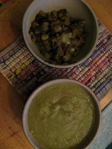 Två varianter av grön tomatsalsa.