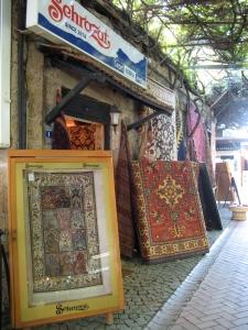 I ett före detta fängelse i Fethiye säljs dessa vackra mattor