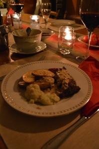 Och bra mat har vi i socknen för övrigt också. Renfilé från Rokkas ren, egen mandelpotatis, blomkål och lingonsylt samt inhandlad svamp av Marie-Ann Björn. Amaronevinet är tyvärr importerat, men nog smakar det bra ändå ;-)