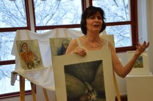 På vernissagen i lördags förklarade Anna Toresdotter den komplicerade processen att trycka litografier.