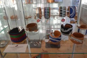 Vi såg så mycket vacker slöjd, och många gånger är det unga samiska konstnärer som står för arbetena.
