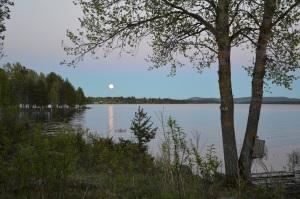 Fullmåne över Hultet vid midnatt.