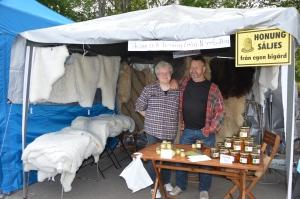 Alltid trevligt att träffa arbetsmyrorna Marie och Gunnar från Strömsund. De kommer på Får- och ulldagen under Hantverksveckan, 10 aug på Martingården. Där ska de sälja skinn och visa vallning av får med border collie.