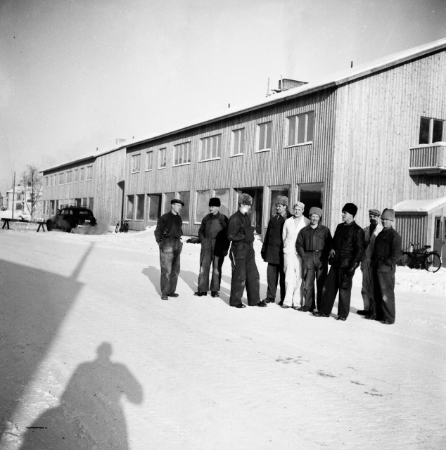 Här står farbror Hilding och de som byggde de första hyreshusen i Bränna. De var toppmoderna 1947 med rinnande vatten och avlopp.