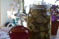Hemgjort, åkerbärslikör och gurka av gårdens råvaror.