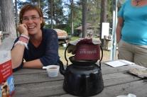 Ingegerd Rokka, en rejäl kvinna som gillar kaffe kokat på elden.