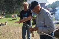 Håkan och båtbyggaren Göran Viklund slår rep.
