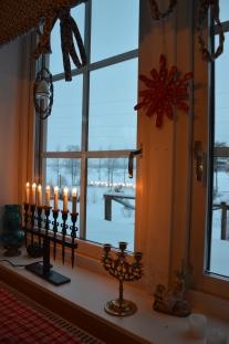 Julen är mycket att a fram saker från förr. Den gamla ljusstaken och trähjärtat Kalle gjorde på slöjden.