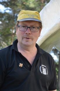 Bror Stefan på Vippabacken har Hantverksveckan till ära sökt från en keps från Edvin Andersson båtfabrik i Överkalix.