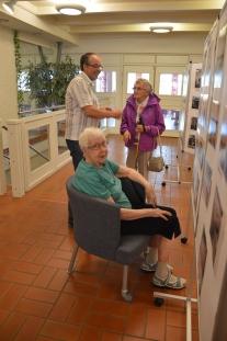 Per-Arne Helin visar Karin Karlsson och Ellen Persson bilder. Eller de visar honom :-)