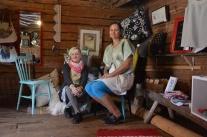 På besök i Kukkola, i sommaraffären med Terese Östling och Marju Matsin.