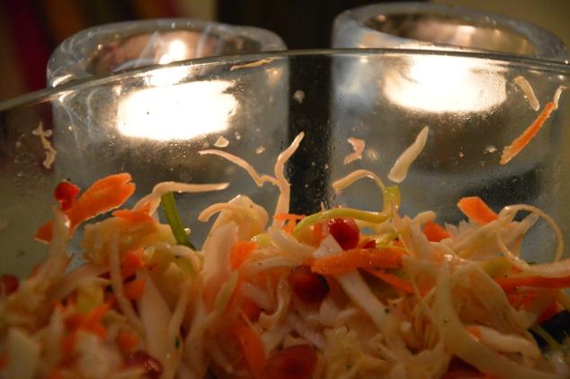 God sallad med gårdens vitkål, honung och koriander plus lime, purjo och chili.