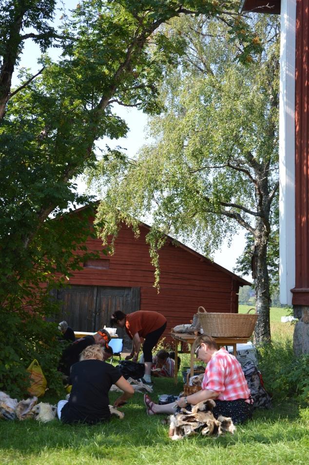 Britta Unnes och de andra, mest samiska kvinnor var kloka, de satt i skuggan vid av en en stor rönn.