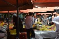 Hilda handlar vindruvor på matmarknaden i Aten.