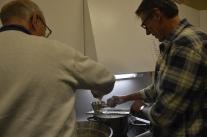 Peter och Sture gör spätzle/pasta.