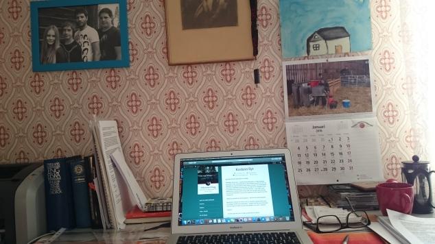 Datorn och väggen. Det skulle väl inte ska med en större skärm heller, jag sitter mycket med många dokument öppna.