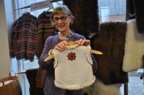 En riktigt hantverksskicklig förädlade av finullsskinn och garn; Tina Smedberg.